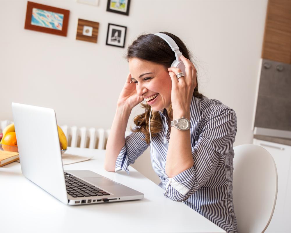 Frau chattet online