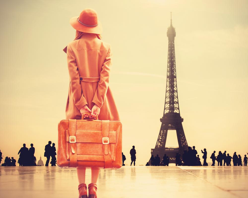 Frau mit Koffer am Trocadero